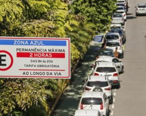 Carros estacionados e placa de estacionamento rotativo