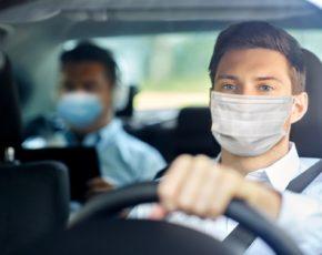 Motorista de aplicativo e passageiro com máscara