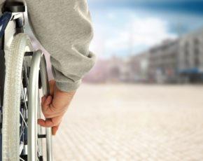 Pessoa com deficiência com cadeira de rodas