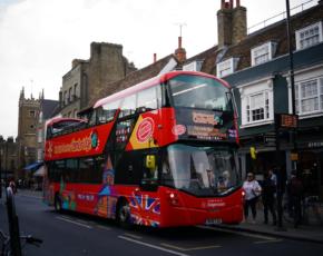 Ônibus no Reino Unido sem teto para transporte diário