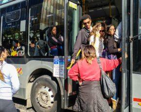 Transporte coletivo lotado com pessoas na porta