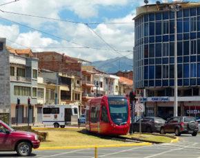 Veiculo leve funcionando em Cuenca sobre trilhos