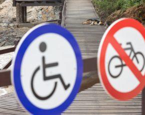 Placas de trânsito proibido bicicletas e permitido cadeirantes