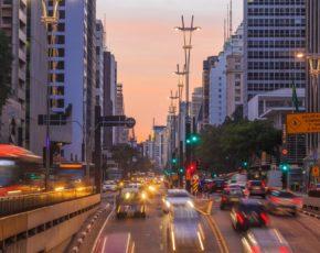 Rua de Curitiba com automóveis em movimento