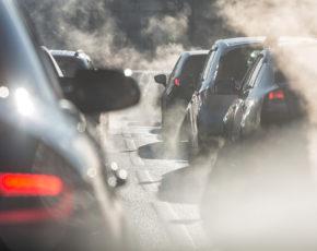 Carros emitindo fumaça poluente