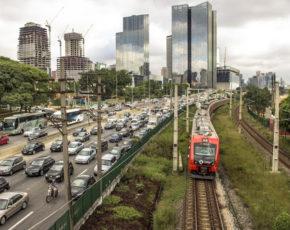 Carros e metrô CTPM em São Paulo