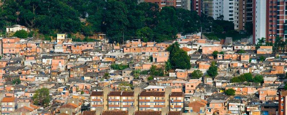 Distribuição do espaço urbano é marcada por desigualdades sociais. (Fonte: Shutterstock)