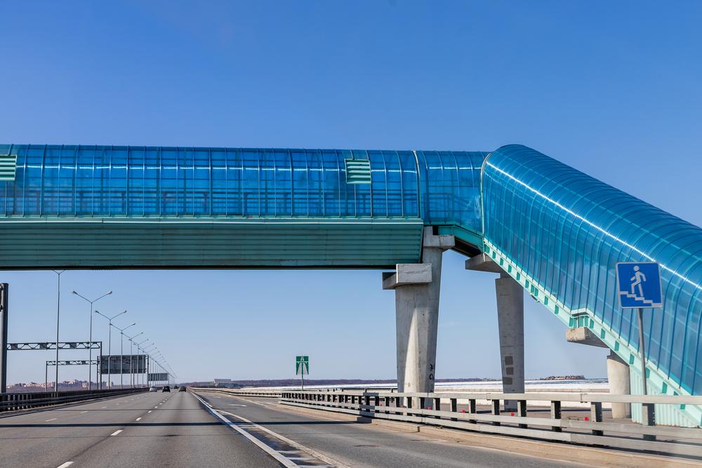 Muitas estruturas construídas para pedestres beneficiam na realidade a fluidez do tráfego de automóveis. (Fonte: Shutterstock)
