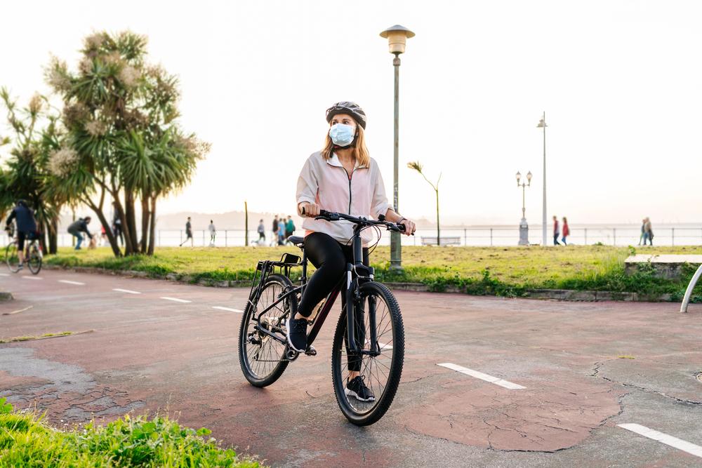 Infraestrutura adequada é apenas um dos fatores que podem fazer as mulheres se sentirem mais seguras para aderir à bicicleta. (Fonte: Shutterstock)