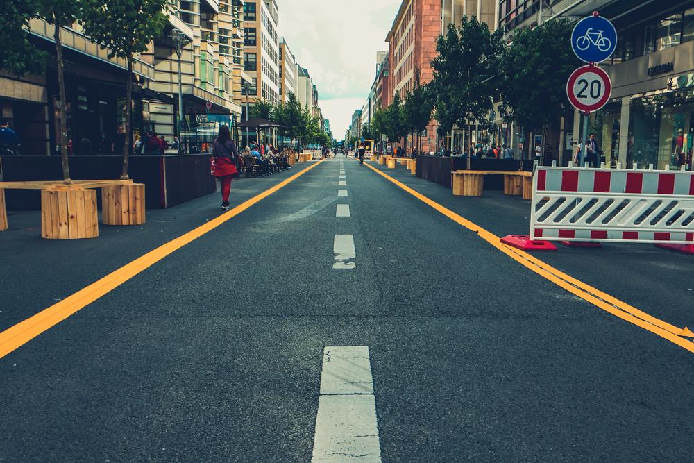 A diminuição da área para o estacionamento de carros pode aumentar o espaço para o pedestre. (Fonte: Shutterstock)