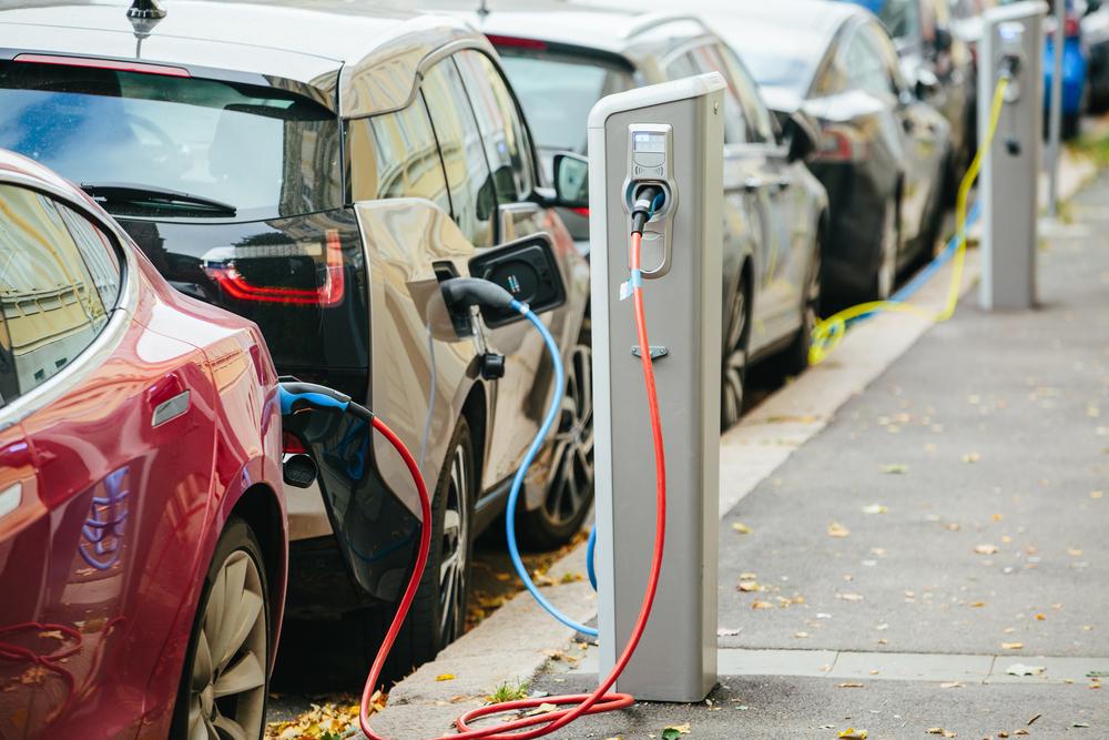Carros elétricos poluem menos o meio ambiente. (Fonte: Shutterstock)