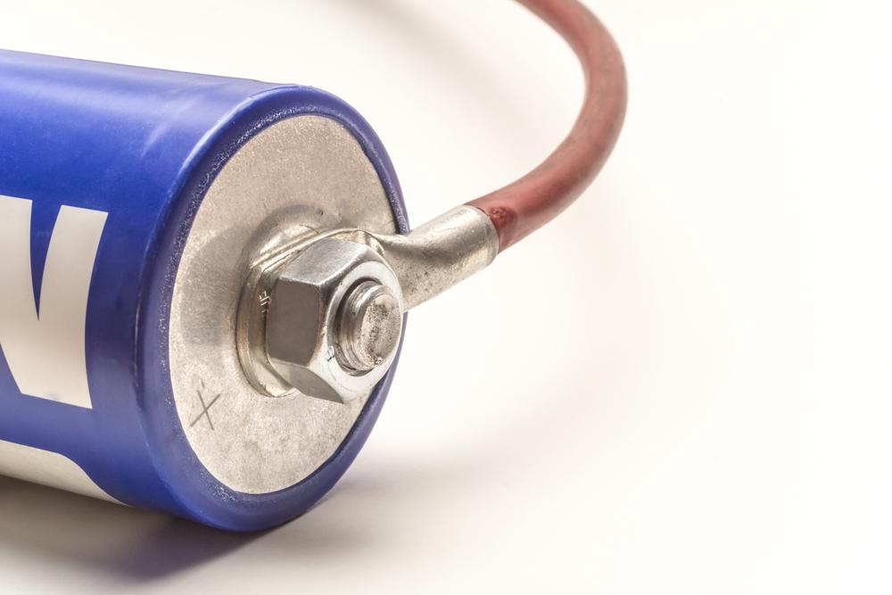 Dezenas de artigos têm sido produzidos para evidenciar o desenvolvimento das tecnologias em baterias e supercapacitores. (Fonte: Shutterstock)