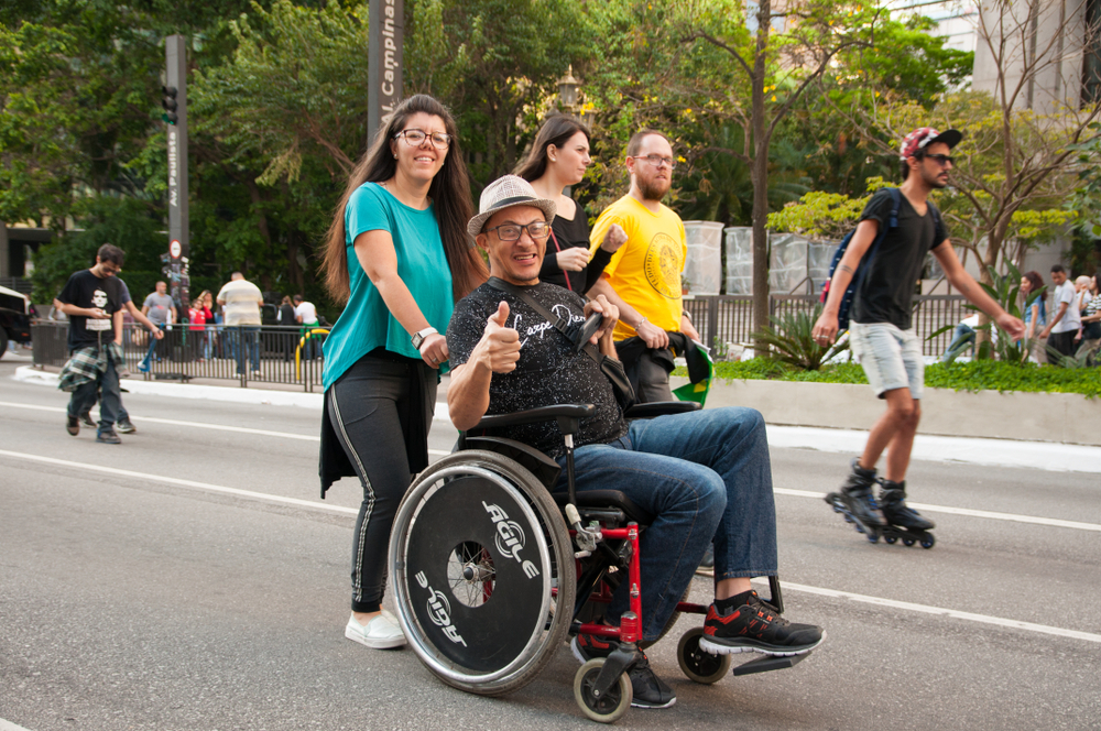 Ter calçadas de boa qualidade é fundamental para que pessoas com mobilidade reduzida se locomovam. (Fonte: Massis/Shutterstock)