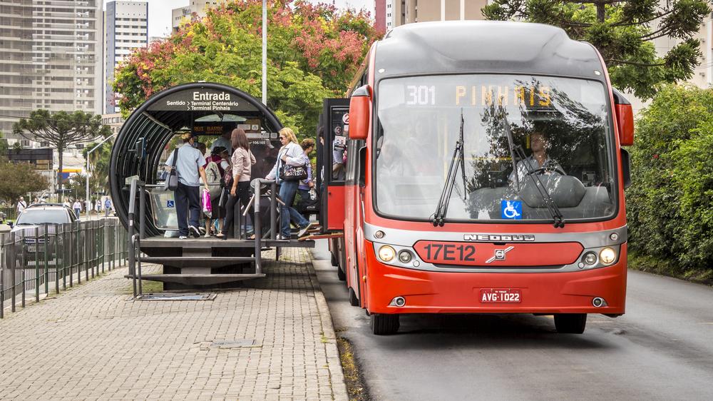 Capital paranaense é uma das poucas cidades brasileiras com sistema de BRT reconhecido como padrão ouro. (Fonte: Marcio José Bastos Silva/Shutterstock)