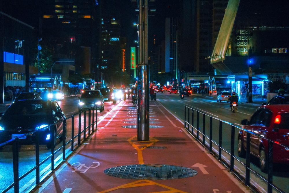 A iluminação tem impacto direto na mobilidade ativa. (Fonte: Luan Rezende/Shutterstock)