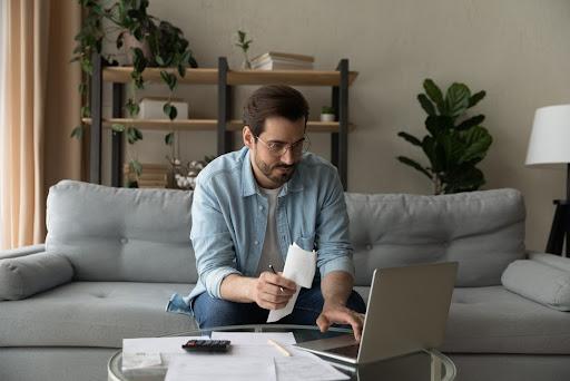 Guia de Arrecadação permite o pagamento de impostos veiculares a vencer e vencidos. (Fonte: Shutterstock/fizkes/Reprodução)