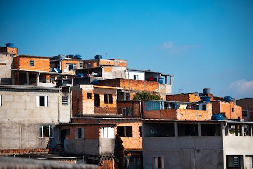 A falta de infraestrutura urbana desvaloriza imóveis periféricos. (Fonte: Danilo Alvesd/Unsplash/Reprodução)