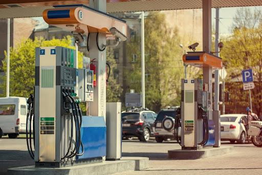De acordo com especialistas, a gasolina ainda deve passar por reajustes até o final do ano. (Fonte: Satephoto/Shutterstock)