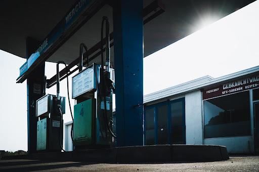 Apesar da fórmula química da gasolina ser uma mistura de hidrocarbonetos, alguns deles podem trazer sérios prejuízos para os motores dos carros. (Unsplash/Reprodução)