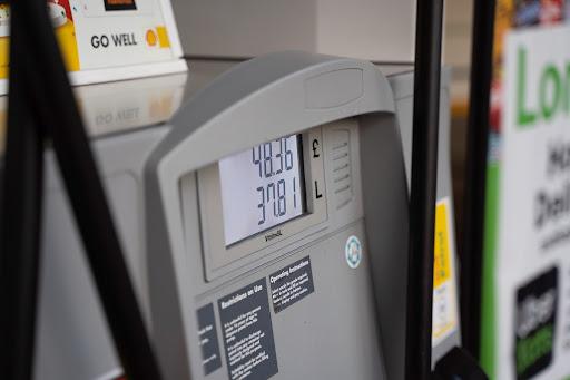 O valor alto do dólar também está entre os motivos que constituem o atual preço do combustível. (Unsplash/Reprodução)