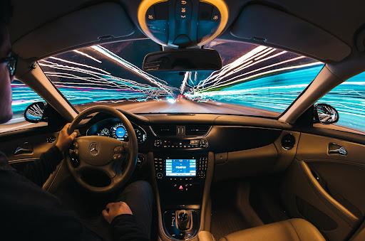 Para que os passageiros possam ficar seguros nos carros autônomos, estes também precisarão ouvir os sons das ruas (Fonte: Samuele Picarini/Unsplash)