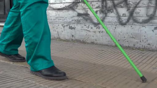 A bengala verde caracteriza o indivíduo de baixa visão. (YouTube/Perla Mayo/Reprodução)