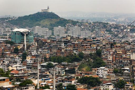 A partir dos anos 1960, novos pensadores começaram a reconhecer o papel da desigualdade social na segregação urbana. (Fonte: Prefeitura do Rio/Reprodução)