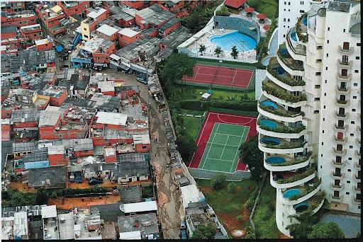 Essa imagem do contraste entre Morumbi e Paraisópolis se tornou clássica na discussão sobre segregação socioespacial. (Fonte: World Press Institute/Reprodução)