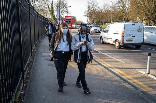 Ambientes seguros são fundamentais para a mobilidade urbana do público infantojuvenil. (Fonte: Shutterstock/Yau Ming Low/Reprodução)