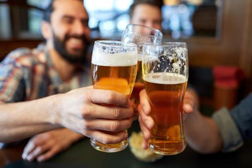 Quanto mais bebida alcoólica for ingerida, mais lento se torna o processamento de álcool pelo organismo. (Fonte: Shutterstock/Syda Productions/Reprodução)