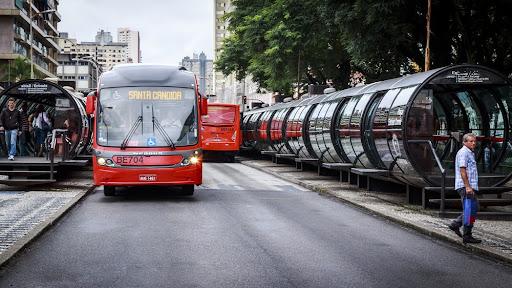 O atual sistema de ônibus de Curitiba e as estações-tubo. (Fonte: Marcio Jose Bastos Silva/Shutterstock/Reprodução)