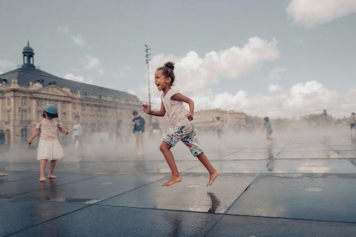 Criança se diverte no Mirroir D'Dau em Bordeaux. (Fonte: RyanAncil/Unplash/Reprodução)