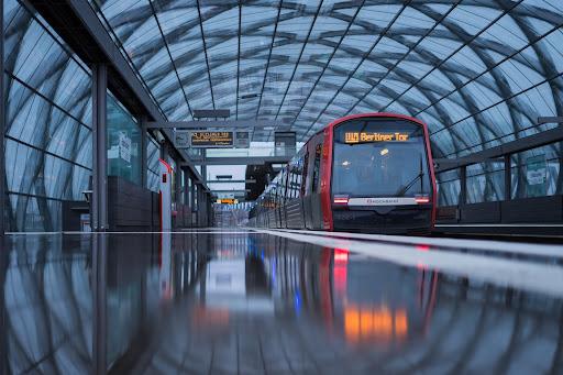 A malha ferroviária é uma alternativa para o transporte de passageiros e cargas. (Unsplash/Reprodução)