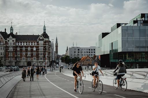 A capital da Dinamarca também é pioneira na mobilidade sustentável, sendo umas das cidades mais eco-friendly da Europa. (Unsplash/Reprodução)