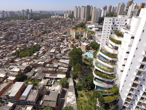 Ricos e pobres podem conviver no mesmo espaço urbano, mas têm acesso diferente a serviços e bens de consumo. (Fonte: Shutterstock/Caio Pederneiras/Reprodução)