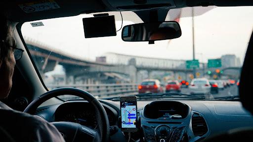 Aplicativos de mobilidade urbana podem ajudar na redução dos congestionamentos. (Unsplash/Reprodução)