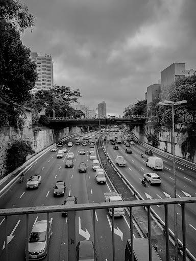 Em São Paulo, o maior responsável pela poluição é a queima de combustíveis fósseis. (Fonte: Igor Menezes/Unsplash/Reprodução)
